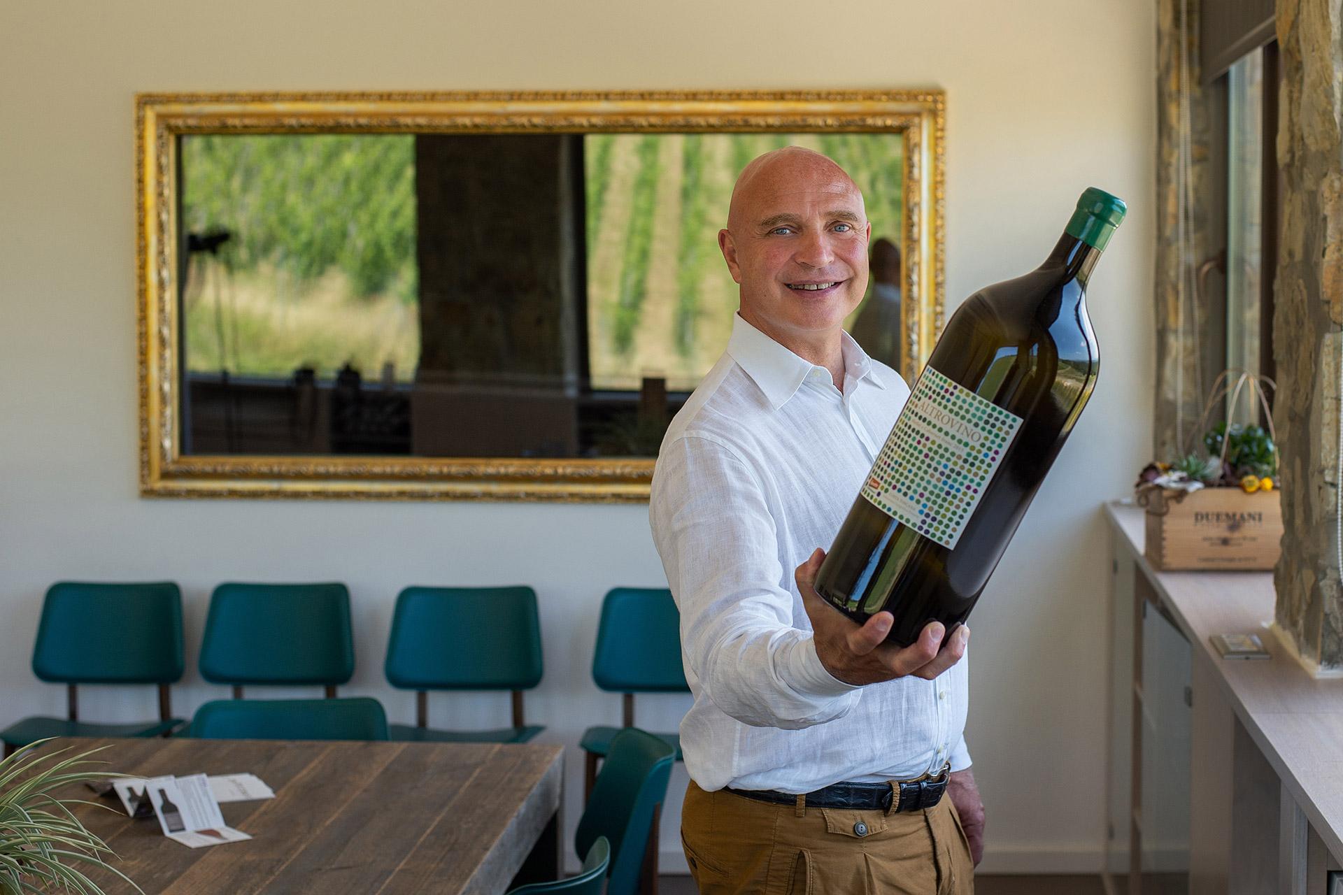 Luca D'Attoma con vino DueMani